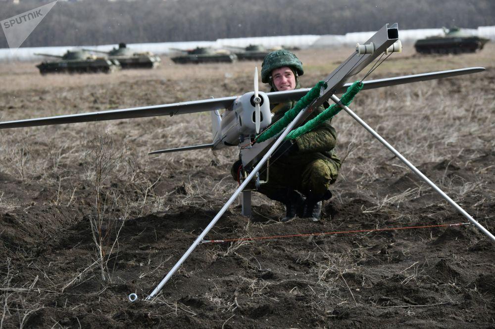 Militar lança um veículo não tripulado durante as manobras táticas das Forças Aerotransportadas no polígono Raevsky