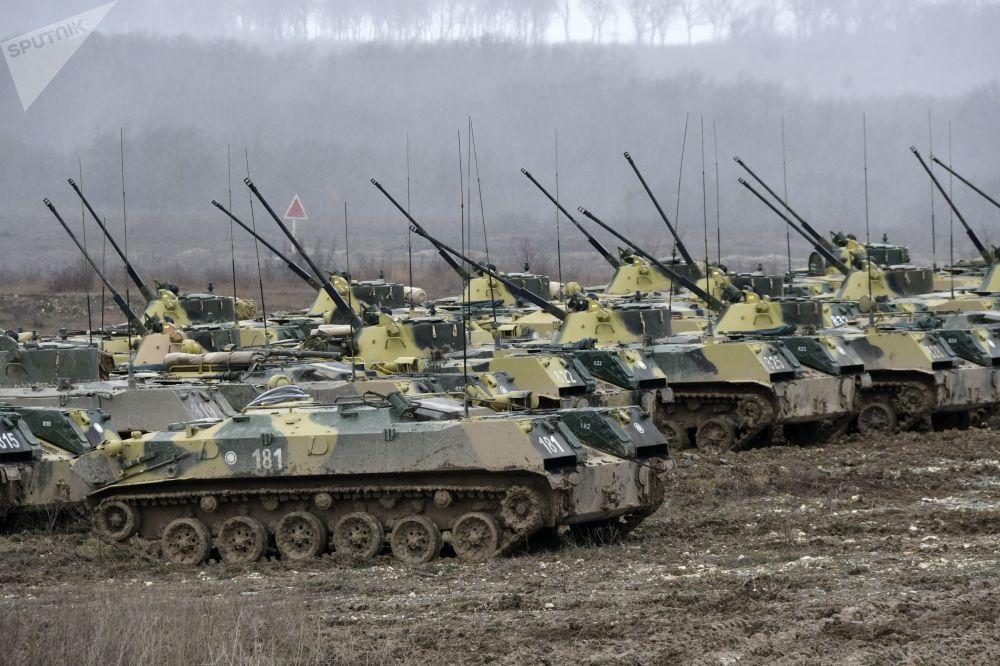 Veículos de combate de infantaria BMD-2 durante as manobras táticas das Forças Aerotransportadas no polígono Raevsky