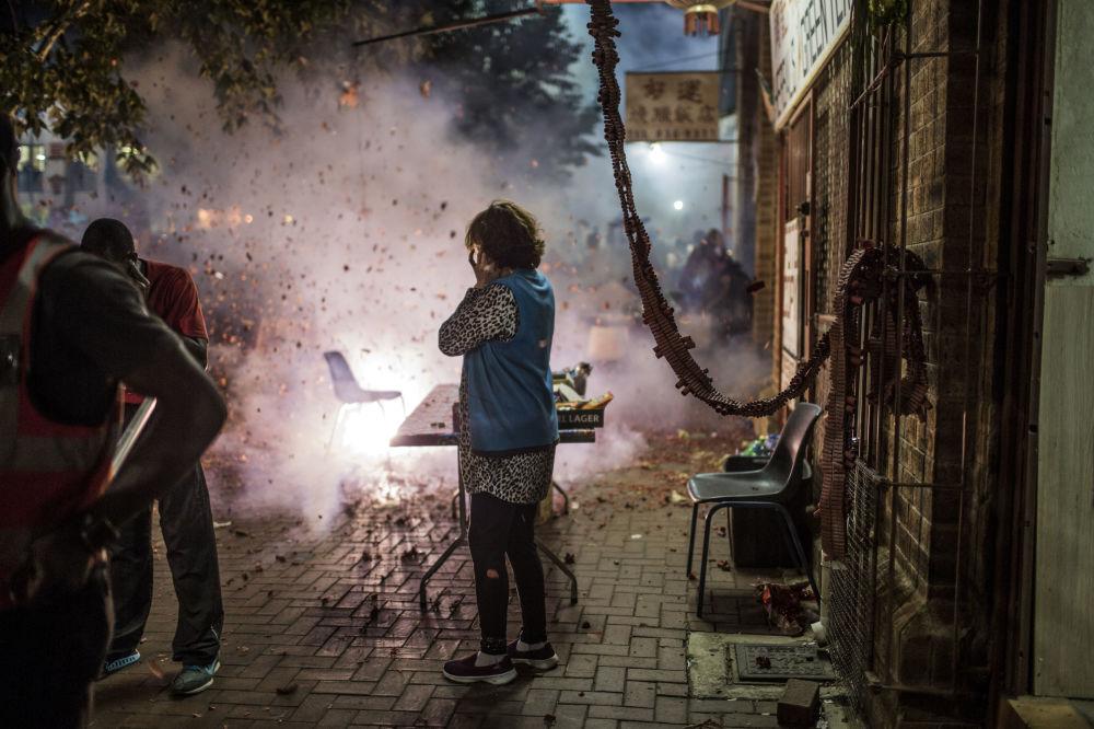 Fogos de artificio lançados durante festejo do Ano Novo chinês em Johanesburgo
