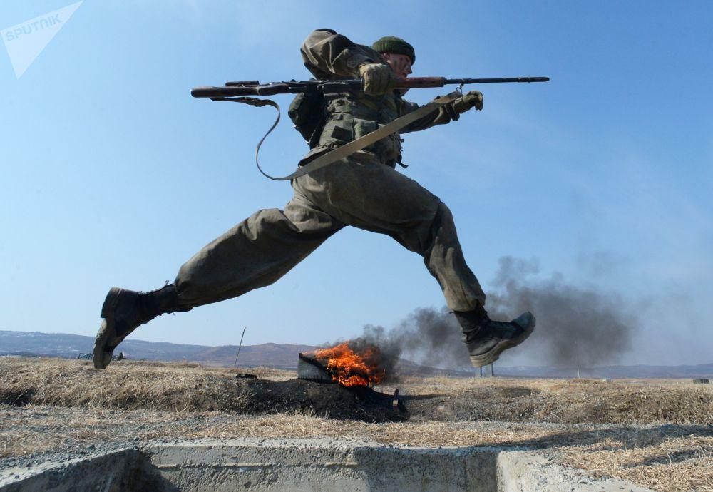 Cadete da Academia Militar Rokossovsky do Extremo Oriente russo participa de competição no polígono