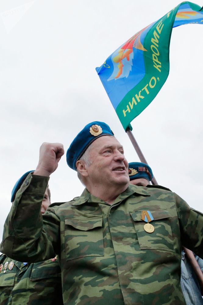 Líder do Partido Liberal Democrata da Rússia, Vladimir Zhirinovsky, participa do festejo do Dia das Tropas Paraquedistas da Rússia