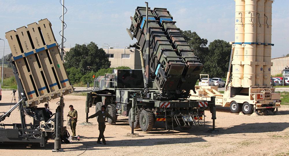 Soldados israelenses perto do sistema de defesa antiaérea israelense Cúpula de Ferro (Iron Dome) à esquerda, mísseis Patriot MIM-104 no centro e míssil antibalístico Hetz-3 (Arrow-3)