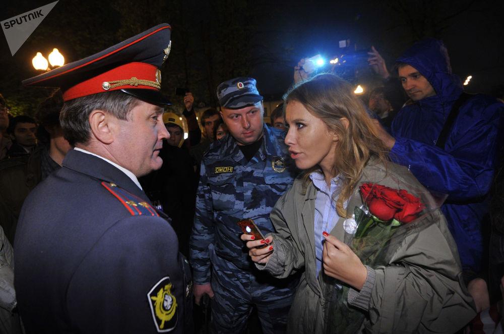 Ksenia Sobchak se comunica com um policial durante um protesto de oposição no centro de Moscou, em 2012