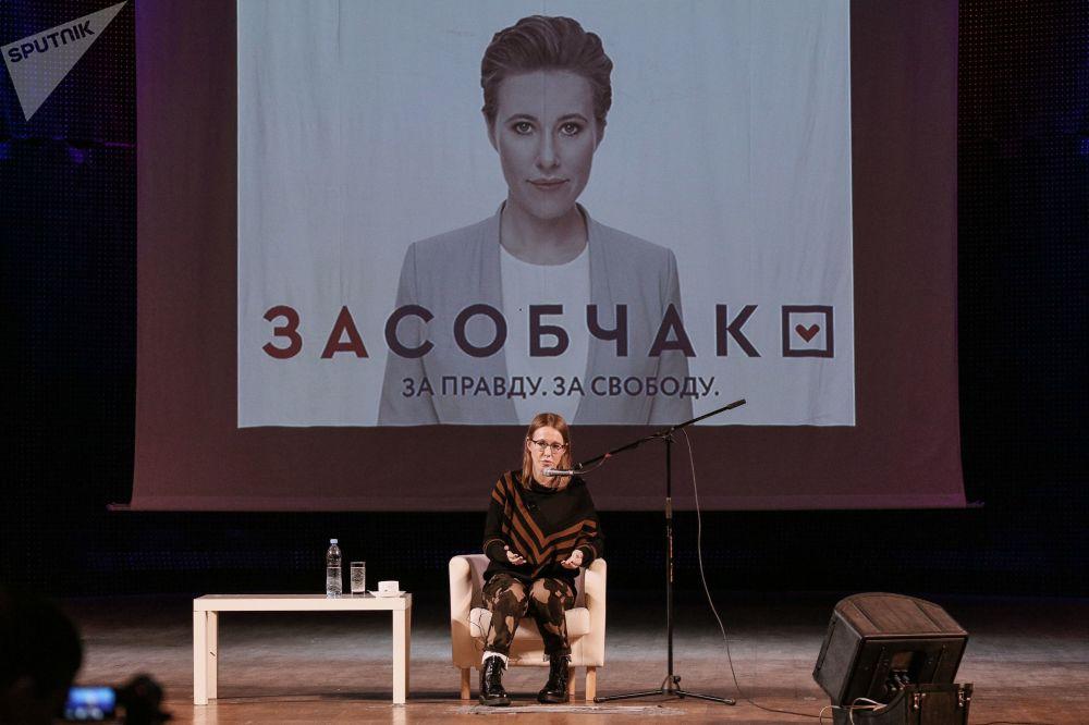 Candidata do partido Iniciativa civil, Ksenia Sobchak, durante um encontro com os habitantes da cidade de Murmansk, em fevereiro de 2018