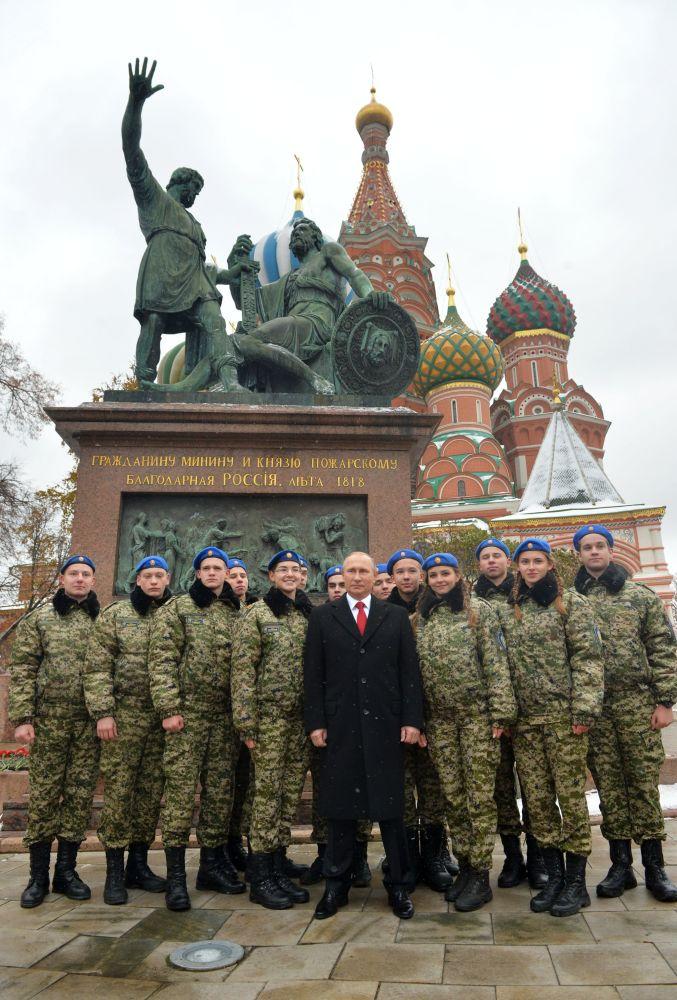 Vladimir Putin participa da cerimônia de deposição de flores no monumento de Minin e Pozharsky na Praça Vermelha, em 4 de novembro de 2016