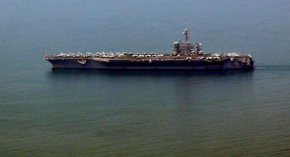 Porta-aviões norte-americano USS Carl Vinson chegando ao porto de Da Nang, Vietnã, 5 de março de 2018