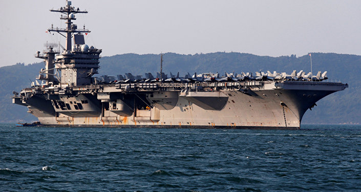 Porta-aviões dos EUA, USS Carl Vinson, no porto de Danang, Vietnã, 5 de março