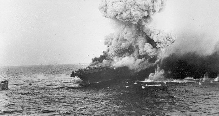 O porta-aviões estadunidense USS Lexington explodindo após um ataque de aviões japoneses durante a Batalha do Mar de Cora, no oceano Pacífico, em junho de 1942.