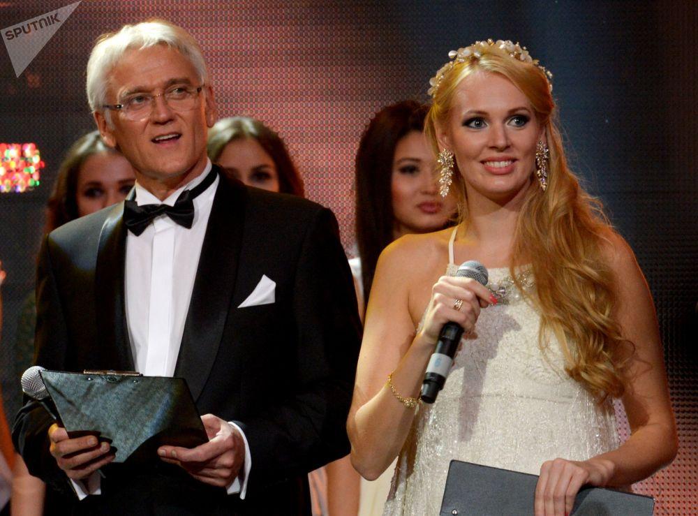 Cantor Aleksandr Marshal e candidata ao Miss Terra 2013, Olesya Boslovyak, âncoras de um festival de talentos e beleza