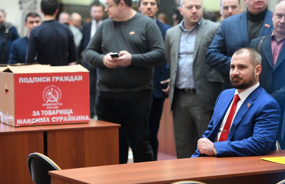 Líder do partido Comunistas da Rússia, Maksim Suraikin, entrega assinaturas à Comissão Eleitoral Central em apoio da sua candidatura à Presidência da Rússia, 31 de janeiro de 2018