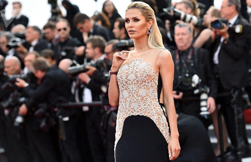 Âncora e modelo, Viktoria Bonya, posando no tapete vermelho durante a 70ª edição do Festival de Cannes. Bonya foi uma candidata russa da 1ª edição do concurso Miss Terra.