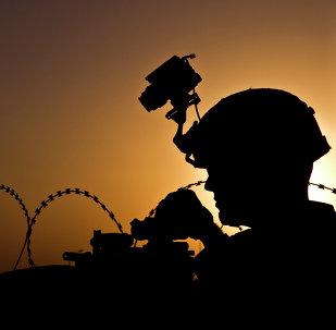 Soldado norte-americano da Equipe de Combate da 4ª Brigada da 101ª Divisão Aerotransportada mantém a segurança durante treinamento de combate na Base Operacional Avançada Lightning, na província de Paktia, Afeganistão, 3 de outubro de 2013