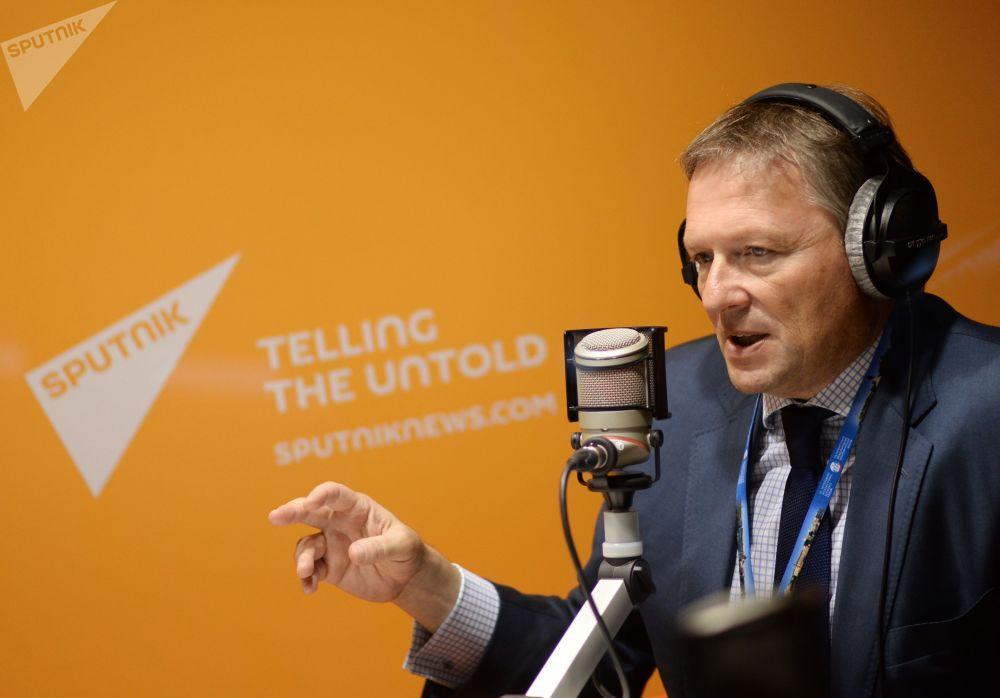 Delegado da Presidência da Rússia para defesa dos direitos dos empresários, Boris Titov, nos estúdios da Rádio Sputnik durante o XIX Fórum Econômico Internacional de São Petersburgo, junho de 2015