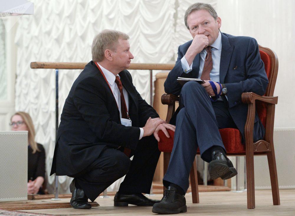 Delegado da Presidência da Rússia para defesa dos direitos dos empresários, Boris Titov (D), participa do congresso da Associação de Bancos da Rússia em Moscou, março de 2017