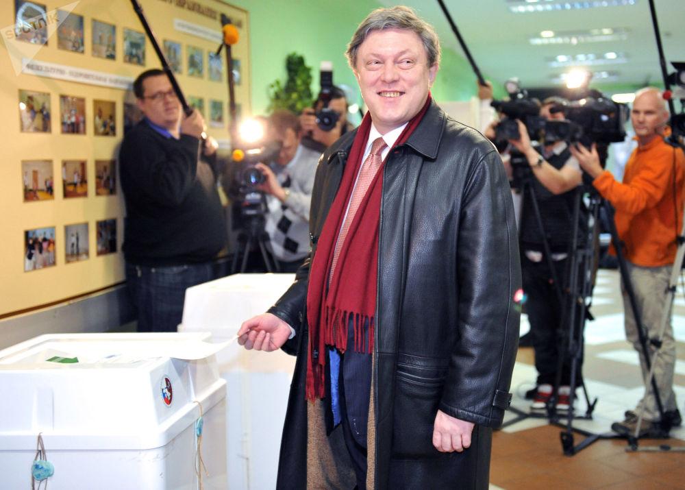Líder do partido Yabloko, Grigory Yavlinsky, em uma das seções eleitorais durante as eleições de deputados para a Duma de Estado da Rússia, dezembro de 2011