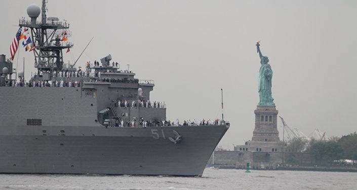 Navio de desembarque estadunidense USS Oak Hill passando perto da Estátua da Liberdade