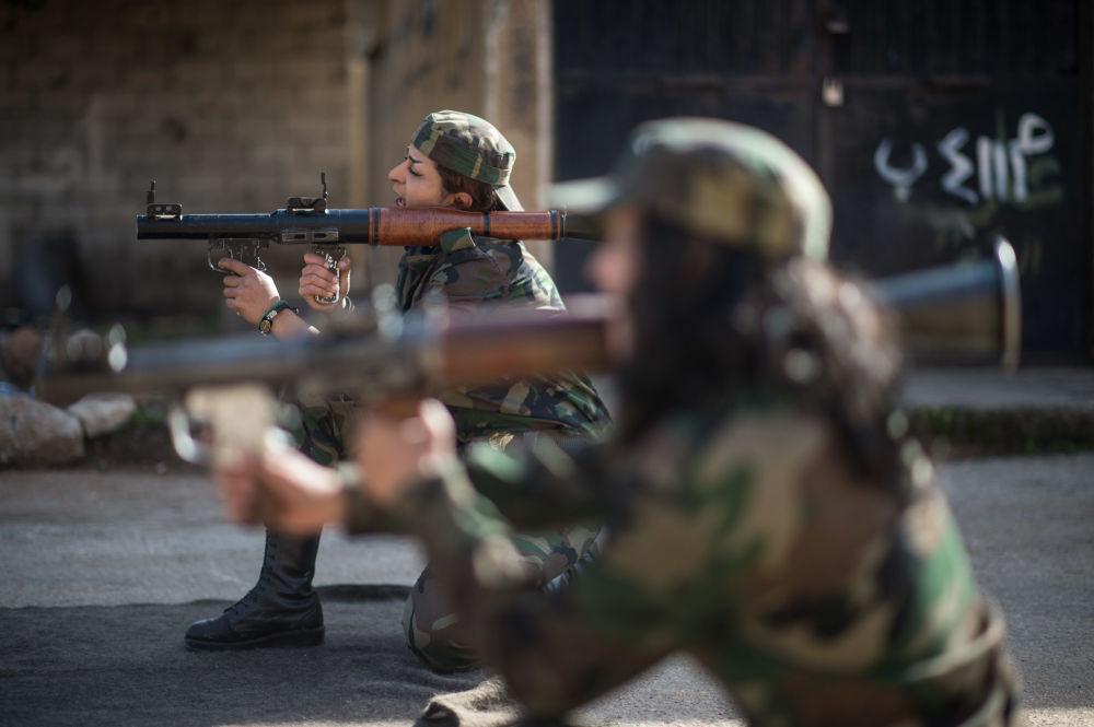 Militares voluntárias sírias treinam nos arredores de Damasco