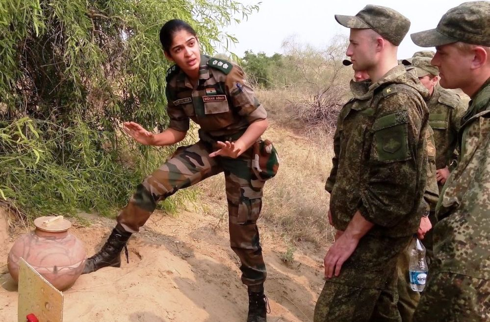 Mulher oficial do exército indiano fala aos soldados russos durante as manobras conjuntas em 2015