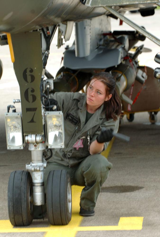 Mulher mecânica efetua inspeção a caça Rafale na base aérea de Solenzara, em França