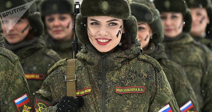 Uma participante durante o concurso de beleza e profissional entre mulheres militares das forças de mísseis estratégicos.