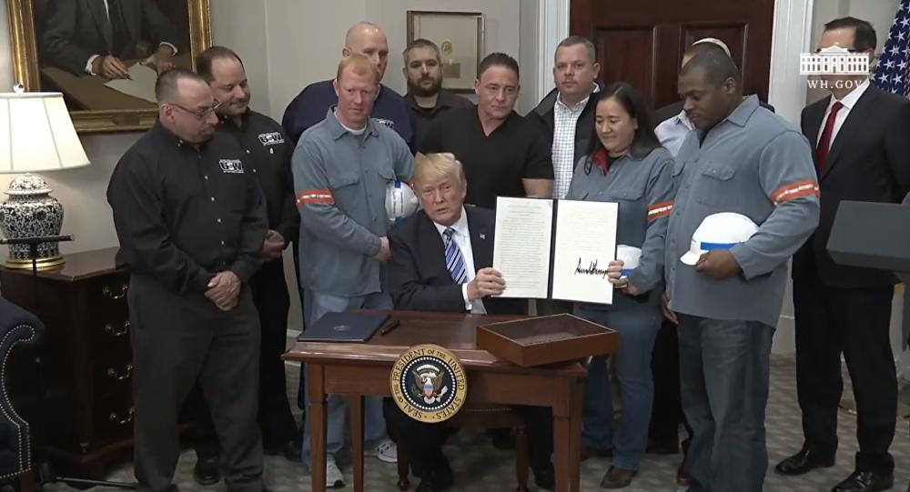 Presidente dos Estados Unidos, Donald Trump, assina decreto que impõe tarifas às importações de aço e alumínio.
