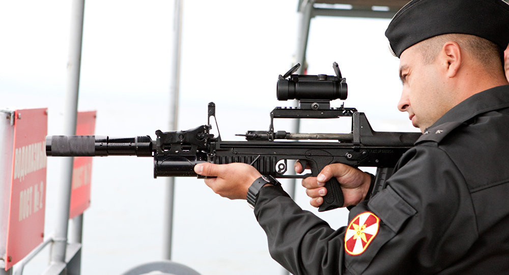 Militar testa fuzil subaquático