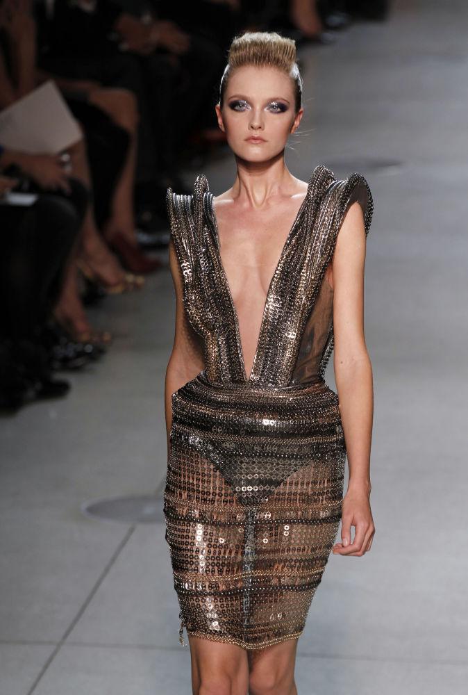 Modelo Vlada Roslyakova durante desfile de moda do estilista Manish Ahora em Paris