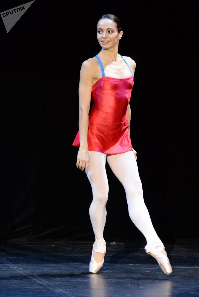 Bailarina russa Diana Vishneva durante ensaio em um teatro moscovita