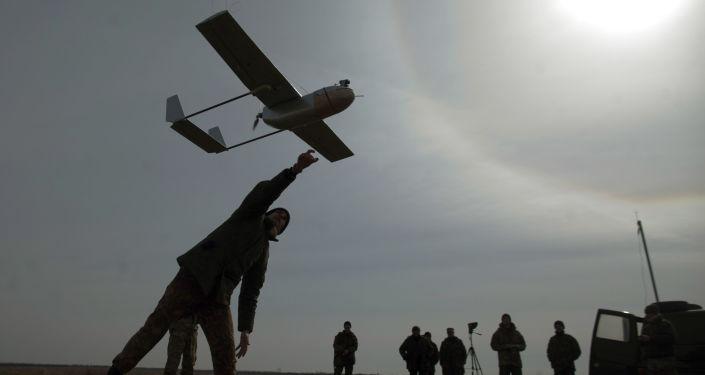 Militar ucraniano lançando drone (imagem referencial)