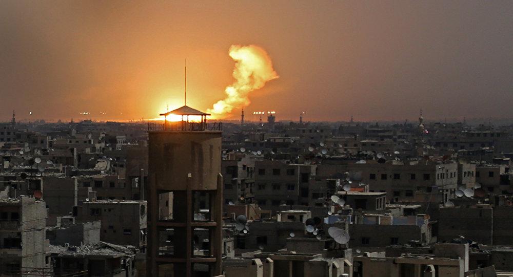 Uma foto tirada em 28 de fevereiro de 2018 mostra as chamas após um ataque em al-Shaffuniyah, no enclave de Ghouta Oriental nos arredores da capital síria, Damasco.