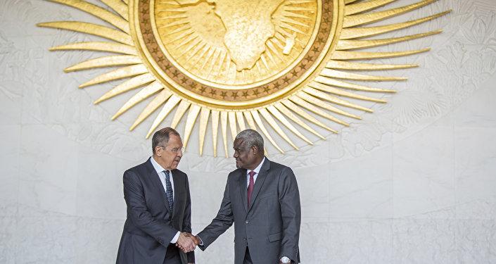 Ministro das Relações Exteriores da Rússia, Sergei Lavrov, à esquerda, e o presidente da Comissão da União Africa, Moussa Faki Mahamat, apertam as mãos após encontro na sexta-feira, 9 de março de 2018, na capital da Eitópia e sede da União Africana, em Addis Ababa.