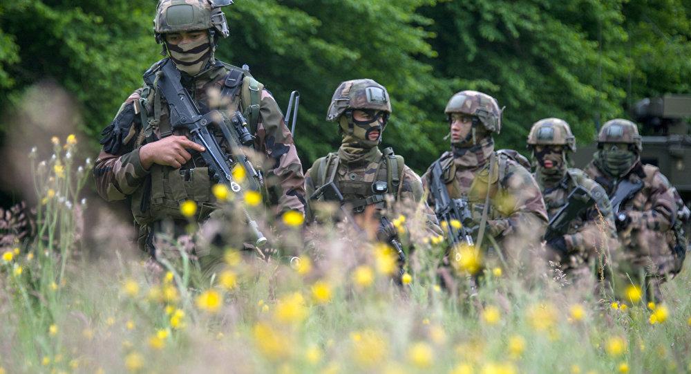 Soldados do exército francês durante exercício militar