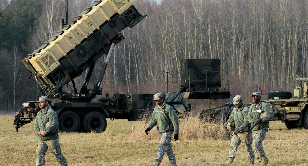 Soldados americanos perto de um sistema antimísseis Patriot em Sochaczew, perto de Varsóvia, Polônia