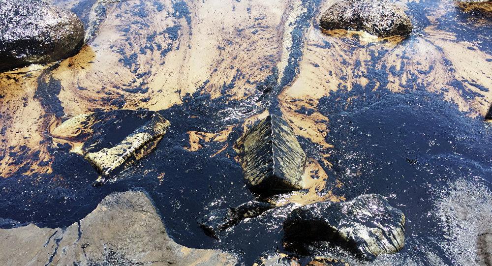 Esta foto foi fornecida pelo Corpo de Bombeiros de Santa Barbara, Califórnia, mostrando uma mancha de petróleo do oleoduto avariado na costa central da Califórnia
