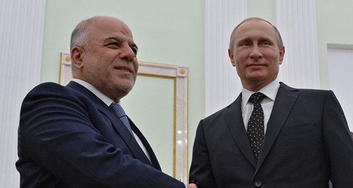 Vladimir Putin (direita) com Haider al-Abadi (esquerda) em 21 de maio de 2015 em Moscou.