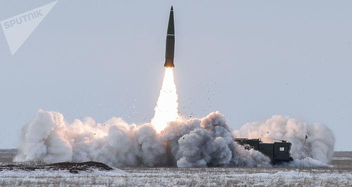 Lançamento do míssil balístico do complexo Iskander-M a partir do polígono de Kapustin Yar, na região russa de Arkhangelsk