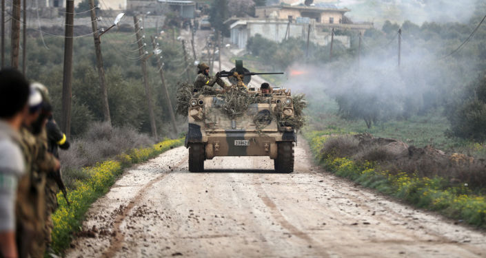 Militantes do Exército Livre da Síria, apoiados pelas forças turcas, disparam  na região da cidade síria de Rajo