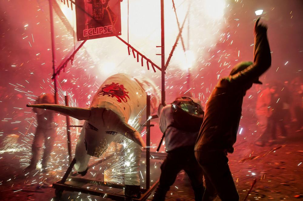 Pessoas tentam se proteger de fogos de artifício durante as celebrações de San Juan de Dios, na cidade de México