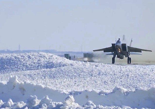 Caça russo MiG-31 durante teste do míssil Kinzhal