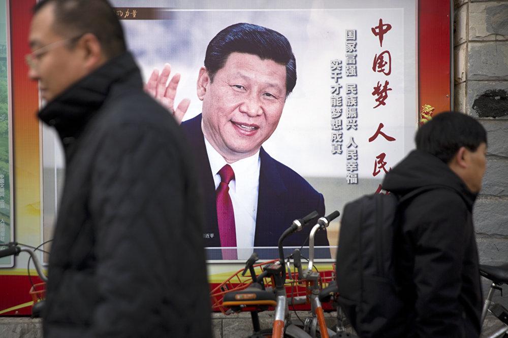 A figura do presidente chinês está espalhada por cartazes em Pequim.