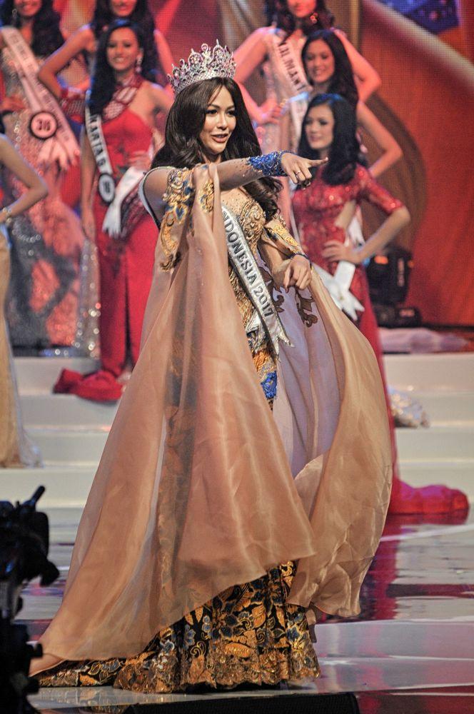 Vencedora do concurso Miss Indonésia 2017, atriz Bunga Jelitha, participa do final do concurso Miss Indonésia 2018 em Jacarta