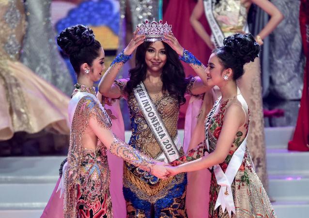 Vencedora do concurso Miss Indonésia 2017, atriz Bunga Jelitha, entrega coroa a vencedora de 2018