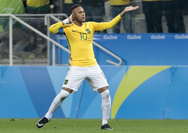 Neymar, craque da seleção brasileira, se recupera de uma lesão no pé direito
