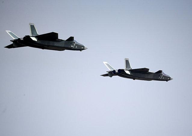 Dos aviones Chengdu J-20 en el espectáculo aéreo anual Airshow China en Zhuhai