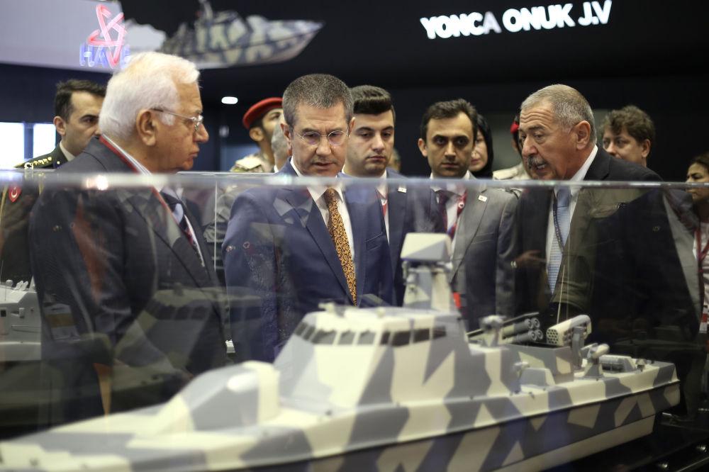 Ministro da Defesa da Turquia Nurettin Canikli (C) participa da Exposição Internacional de Defesa Marítima DIMDEX 2018 no Qatar