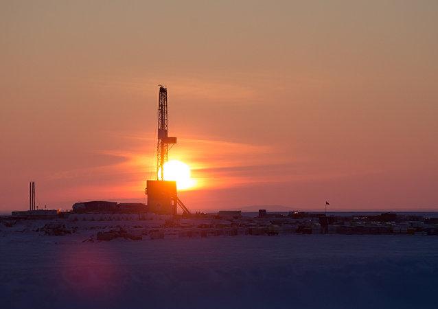 A plataforma de perfuração no local de perfuração, operada pela Rosneft.