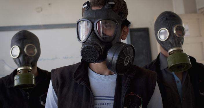 Voluntários em simulação sobre como reagir a ataque químico em Aleppo (foto de arquivo)