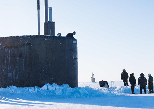 Marinhas dos EUA e do Reino Unido realizam exercícios marítimos conjuntos no Ártico