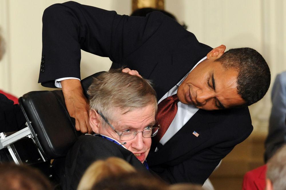 Ex-presidente dos EUA, Barack Obama, condecora o cientista britânico, Stephen Hawking, com a Medalha Presidencial da Liberdade, na Casa Branca, em 2009