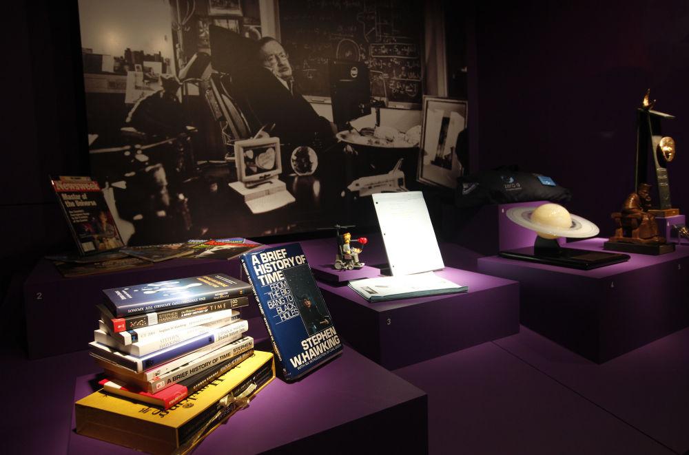 Obras do cientista britânico, Stephen Hawking, apresentadas no Museu da Ciência em Londres